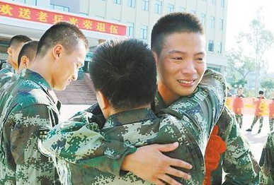 """开平边检站欢送5名退伍老兵 """"老兵,不要忘了我们!"""""""