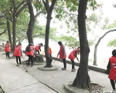 """天福社区30余名妇女志愿者 潮连沙滩做""""清洁工"""""""