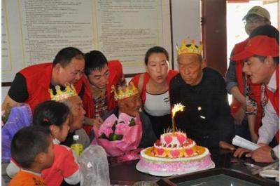 群众社区会携手白石敬老院 定期为敬老院长者过集体生日
