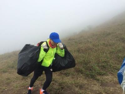 志愿者自发到天露山捡垃圾 8小时竟收集了约1吨