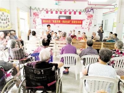 蓬江区群众社区为老人办集体生日会 义工与寿星齐欢乐