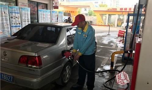 50升油箱加出51升油被疑有猫腻 业内人士:正常的