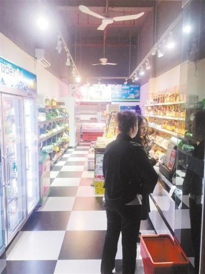 年轻人爱到生鲜店买菜 整洁方便 服务周到