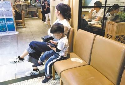 学龄前儿童玩手机不利身心健康,家长做好引导和监督是关键