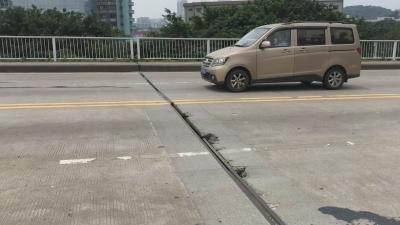 潮连大桥桥梁伸缩缝受损,钢筋裸露