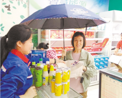 蓬江区以中石化加油站为试点投放环保袋、雨伞 推动扫黑除恶宣传 向纵深发展