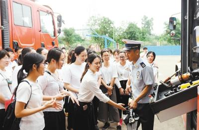 """重温入团誓词 高声合唱团歌   医护人员、消防人员共同纪念""""五四"""""""