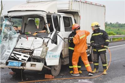 惊险!高速公路上发生车祸,消防员救出被困男子