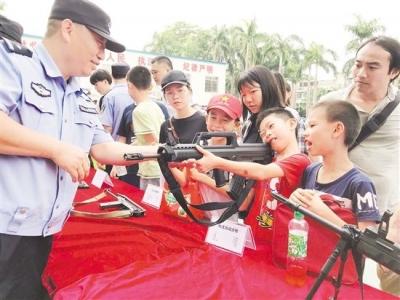 蓬江巡警大队警营开放日 小朋友开心耍枪大呼过瘾