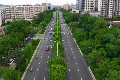 這些路施工有新進展,迎賓大道西正在攤鋪瀝青~~