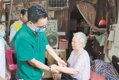 社工携手志愿者送医下乡,农村老人在家也能做康复治疗