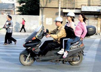 骑电动单车,你戴头盔了吗?