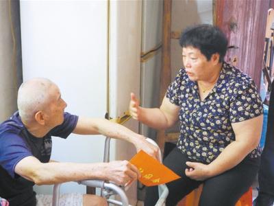 江门市优秀共产党员潘晚珍:自掏腰包慰问困难退役军人