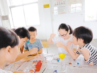 社工带着孩子们一起探索科学奥秘