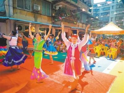 白沙街西园社区干群载歌载舞,庆祝新中国成立70周年
