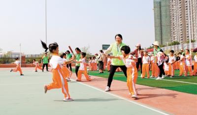 小小运动员 操场上快乐奔跑