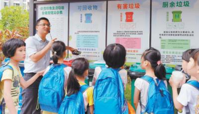 东风社区携手社工 开展垃圾分类宣教活动  争当绿色文明小使者 学习垃圾分类知识