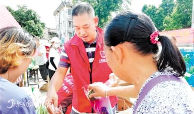 江海区举行送花活动 向市民赠送市花、绿植逾千盆