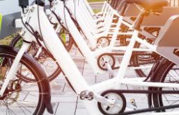 购买以年轻人为主 方便短途出行  电动自行车市场销售升温