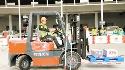 鹤山举行首届叉车司机职业技能大赛