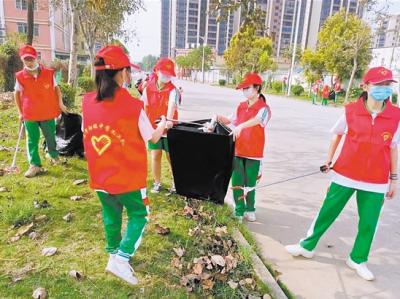 大澤初級中學開展志愿服務活動  師生撿拾垃圾 扮靚生態公園