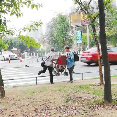 篁莊大道一路口人行道上加裝了鐵欄桿 城管部門:將進行針對性整改